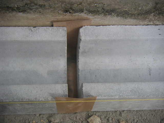 側溝の目地にガムテープ